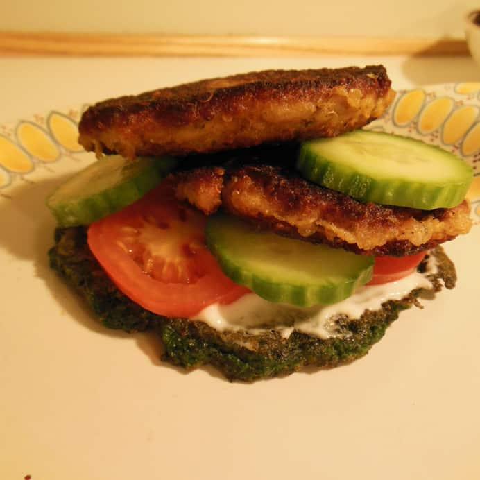 Spinat pandekage burger med blomkålsdeller