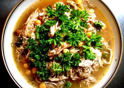 Kyllingesuppe med kikærter og peberfrugt