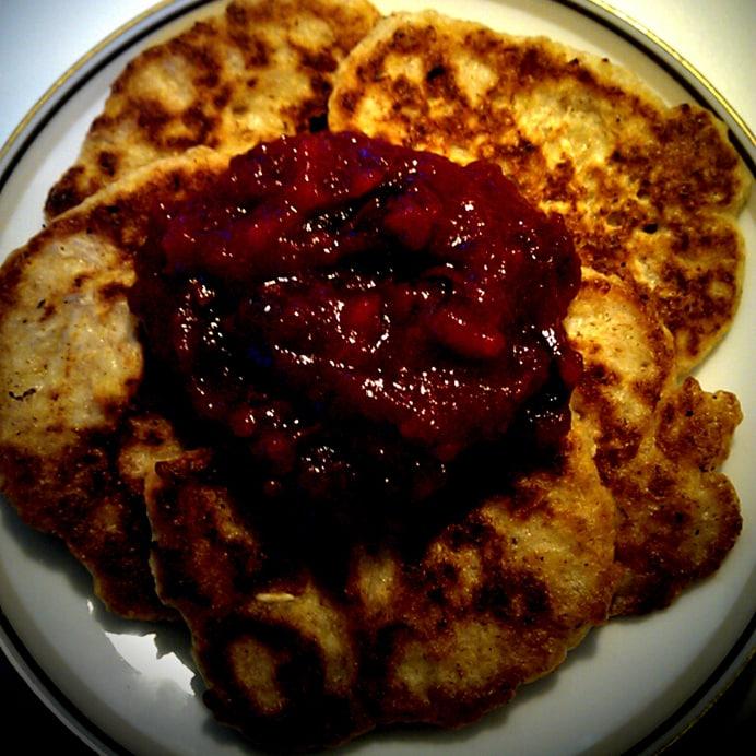 Havregrøds-klatkager med æble-blåbærgrød