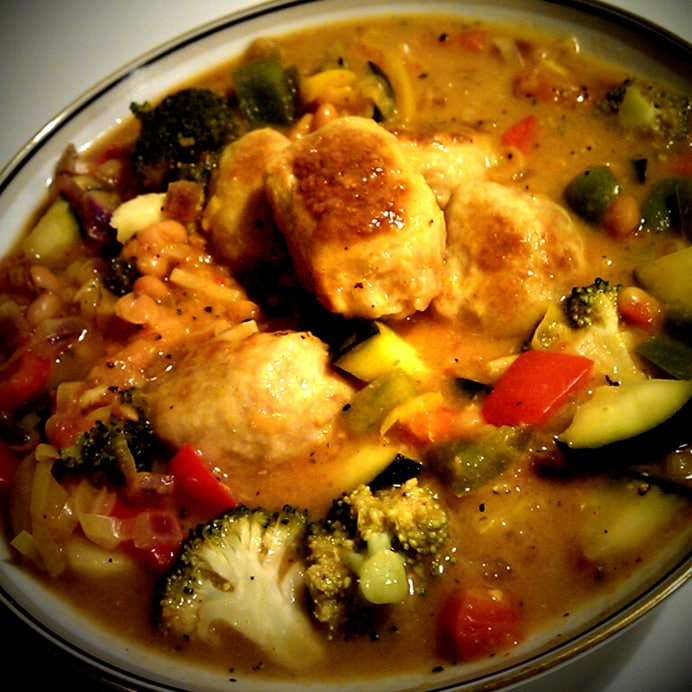 Kyllingeboller i et væld af grøntsager & bønner