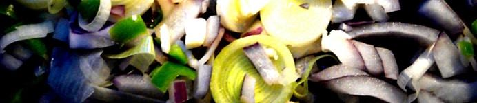 Kyllingeboller i et væld af grøntsager & bønner - løg, purløg, chili & hvidløg