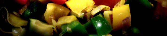 Kyllingeboller i et væld af grøntsager & bønner - peberfrugter