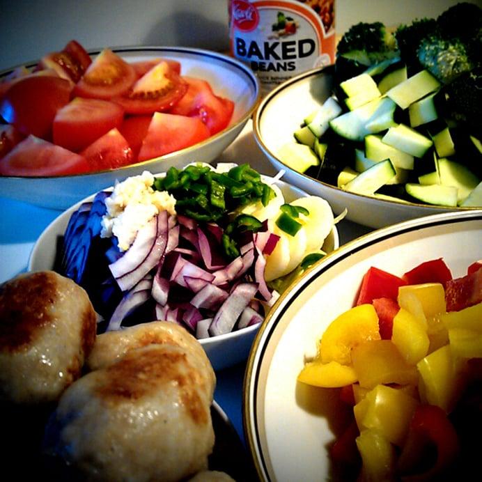 Kyllingeboller i et væld af grøntsager & bønner - ingredienserne