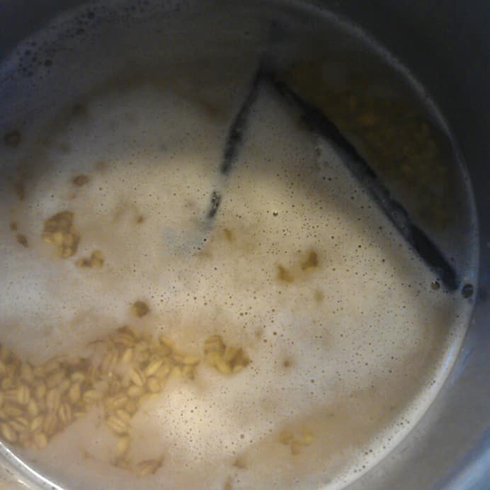 Perlebyg koges med flækket vaniljestang