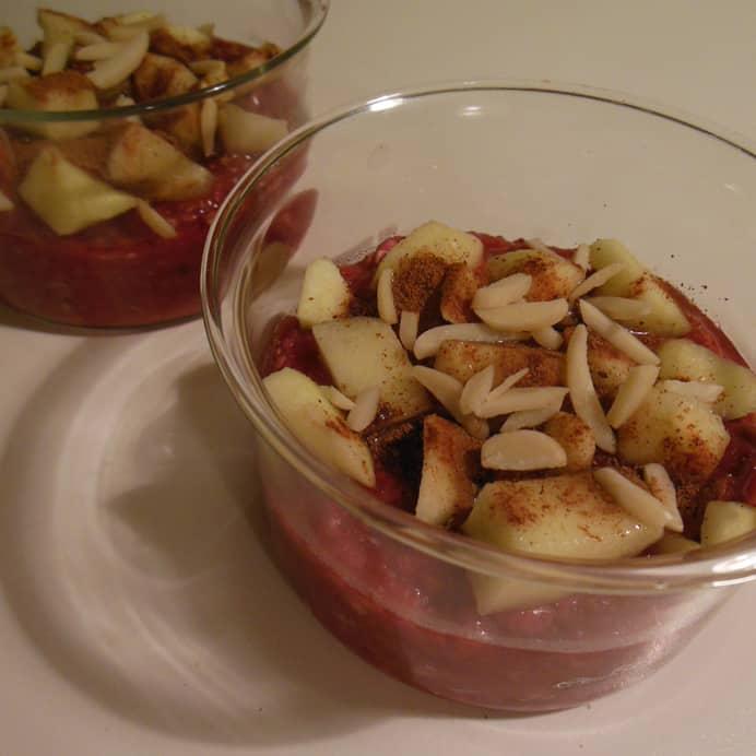 Bagt morgengrød, drysset med æbler og mandler