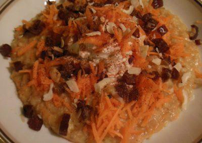 Havregrød med gulerod, toppet med skyr, dadler og hasselnødder