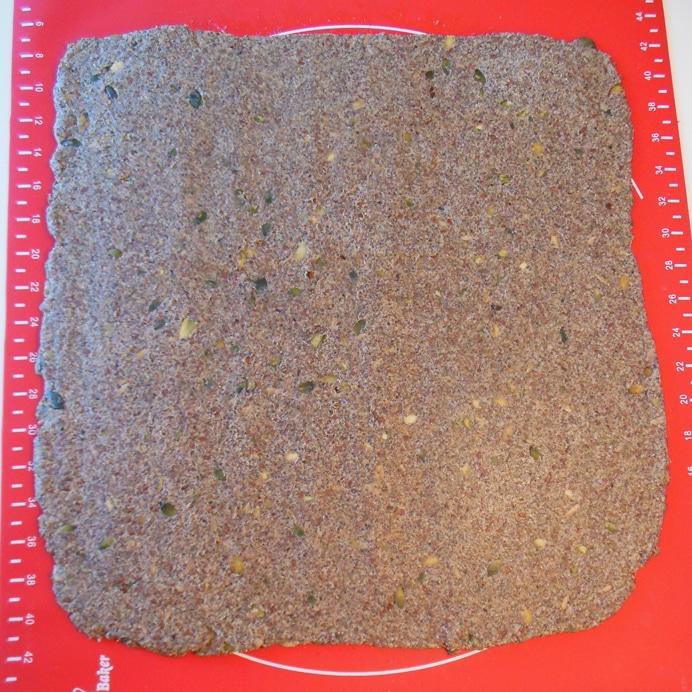 Sunde kiks/mini-knækbrød uden olie, dejen udrullet