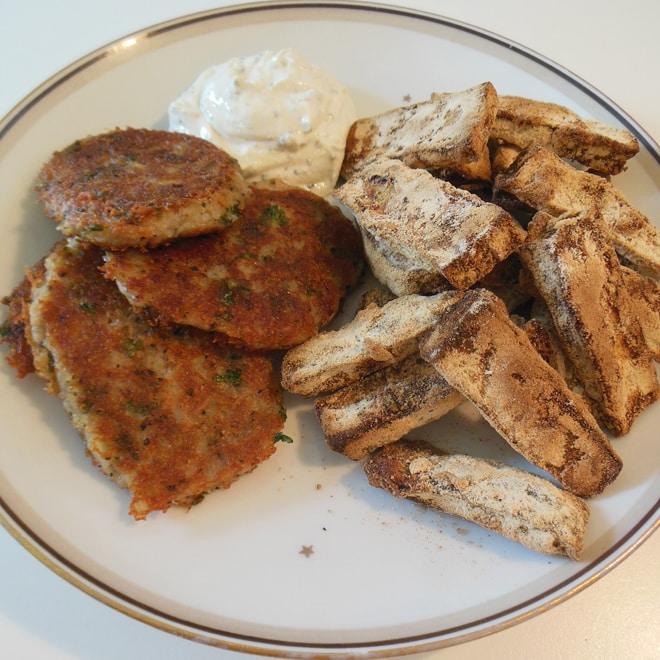 Kartoffel-tun deller og squash-fritter med dressing