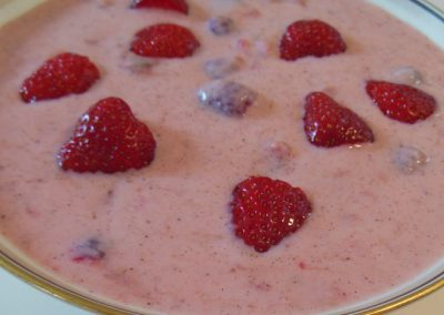Koldskål med rabarber, jordbær og hindbær