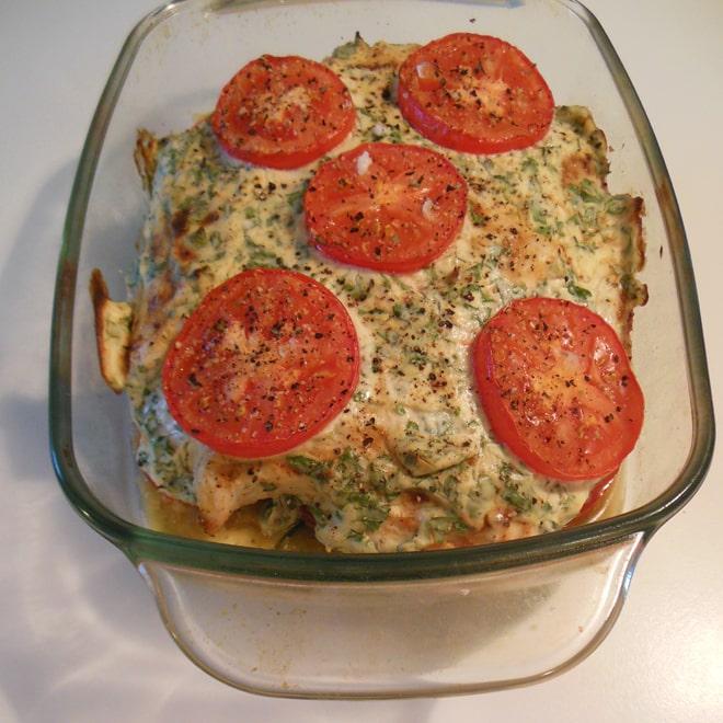 Ovnbagt kylling med ostecreme og grøntsager