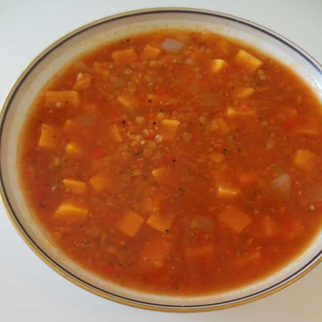 Tomatsuppe med søde kartofler og linser