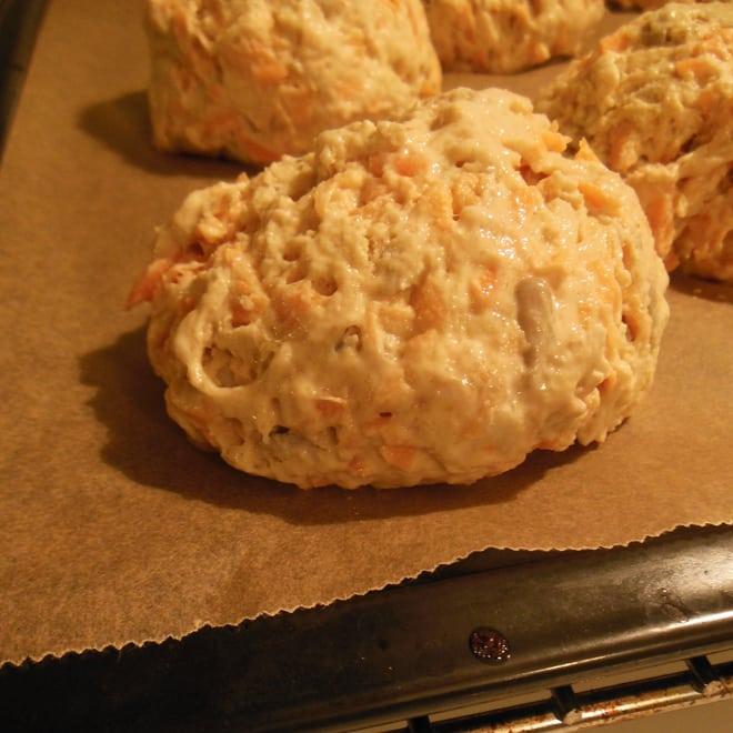 Langtidshævede gulerodsboller, før bagning