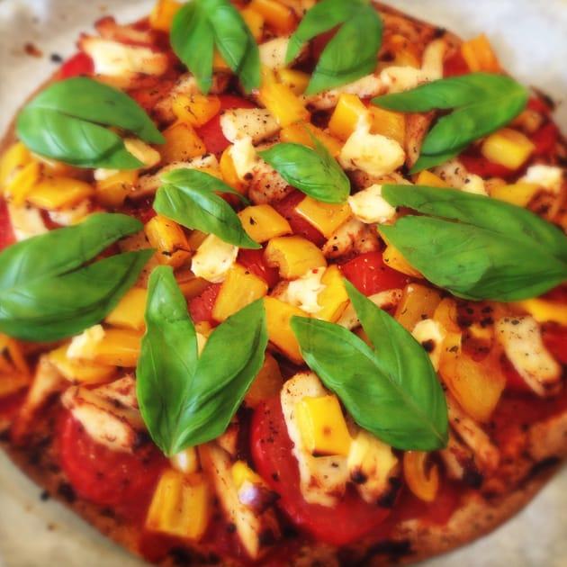 Spicy tortilla-pizza med basilikum