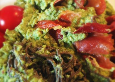 Broccolipuré, bønne-pasta & serrano skinke