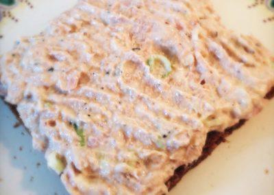 Tunsalat med forårsløg og skyr