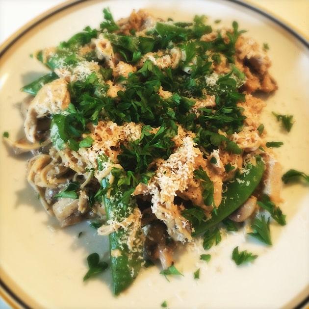 Bønnepasta med kylling, champignon og sukkerærter