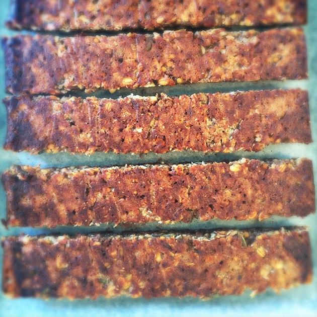 Træningsbarer med dadler og proteiner, efter første bagning
