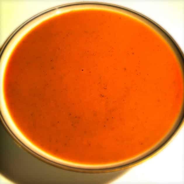 Cremet peberfrugtsuppe med søde kartofler og tomater